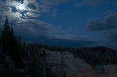 Nachtzeit-Himmel mit Wolke bedeckte Mond stockfoto