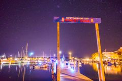 Nachtzeit im Hoffnungs-Stadthafen mit Leuchtturm Stockbild