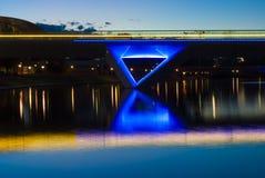 Nachtzeit-Lichter auf Adelaide Oval Foot Bridge und dem Reflectio Lizenzfreie Stockfotos