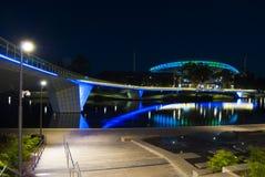 Nachtzeit-Lichter auf Adelaide Oval und der Fuß-Brücke Lizenzfreie Stockfotos