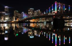 Nachtzeit in Pittsburgh Pennsylvania lizenzfreie stockbilder