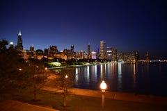 Nachtzeit-Skylinegroßstadt Stockfotos