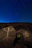 Nachtzeit und Nevadan-Petroglyphen stockbilder