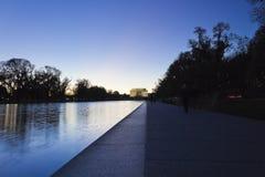 Nachtzeitansicht West entlang dem zeremoniellen Boulevard des nationalen Malls in Richtung zu Lincoln Memorial Stockfotografie