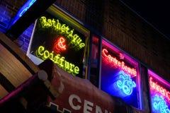 Nachtzeitbeleuchtung gesehen auf Café ` s und Restaurants in einer bedeutenden Stadt lizenzfreie stockfotos