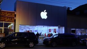Nachtzeiteinspieler von Apple-Speicher in der Stadt stock video