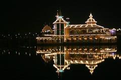 Nachtzeitgaststätte auf einem See Stockfotografie