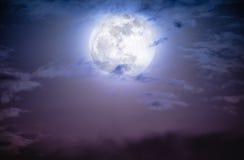Nachtzeithimmel mit Wolken und hellem Vollmond Lizenzfreies Stockfoto