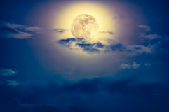 Nachtzeithimmel mit Wolken und hellem Vollmond mit glänzendem Stockfotos