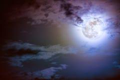 Nachtzeithimmel mit Wolken und hellem Vollmond mit glänzendem Lizenzfreie Stockfotografie