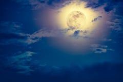 Nachtzeithimmel mit Wolken und hellem Vollmond mit glänzendem Stockbild