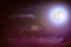 Nachtzeithimmel mit Wolken und hellem Vollmond mit glänzendem Stockfotografie