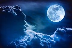 Nachtzeithimmel mit Wolken und hellem Vollmond mit glänzendem Lizenzfreies Stockfoto