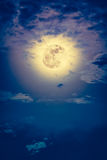 Nachtzeithimmel mit Wolken und hellem Vollmond mit glänzendem Lizenzfreie Stockbilder