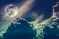 Nachtzeithimmel mit Wolken und hellem Vollmond mit glänzendem Kundenberaterinnen Lizenzfreies Stockfoto