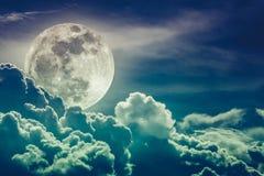 Nachtzeithimmel mit Wolken und hellem Vollmond mit glänzendem Kundenberaterinnen Lizenzfreie Stockbilder