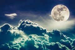 Nachtzeithimmel mit Wolken und hellem Vollmond mit glänzendem Kundenberaterinnen Lizenzfreie Stockfotografie