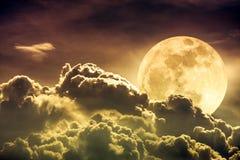 Nachtzeithimmel mit Wolken und hellem Vollmond mit glänzendem Sepi Stockbild