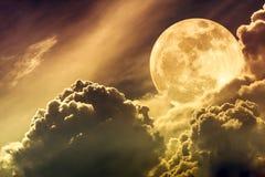 Nachtzeithimmel mit Wolken und hellem Vollmond mit glänzendem Sepi Stockfoto