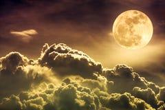 Nachtzeithimmel mit Wolken und hellem Vollmond mit glänzendem Sepia Stockbilder