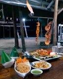Nachtzeitstrandgrill für zwei mit Feuer stockbild