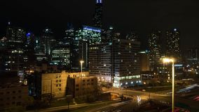 Nachtzeitversehen von Stadtskylinen und von Turmmarksteinen in der Westschleife Chicago stock video