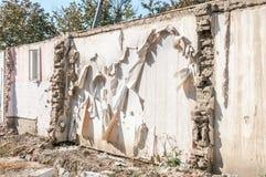 Nachwirkungen bleiben vom Hurrikan- oder Erdbebenunfallschaden auf ruiniertem altem Haus mit eingestürztem Dach und Backsteinmaue stockfoto