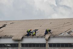 Nachwirkungs-Wirbelsturm Idai und Wirbelsturm Kenneth in Mosambik und in Simbabwe, Leutefestlegung besch?digten Dach stockfoto