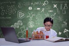 Nachwuchswissenschaftler mit chemischer Flüssigkeit Lizenzfreies Stockfoto