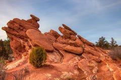 Nachylająca czerwona rockowa formacja przy ogródem bogowie fotografia royalty free