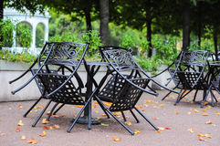 Nachylający krzesło stojak wokoło stołu w ulicznej kawiarni Obrazy Stock