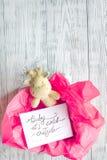 Nacimiento de la muchacha - concepto de la fiesta de bienvenida al bebé en fondo de madera Imagen de archivo libre de regalías