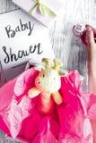 Nacimiento de la muchacha - concepto de la fiesta de bienvenida al bebé en fondo de madera Imagen de archivo