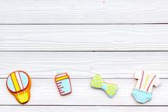 Nacimiento del niño Accesorios para recién nacido en el espacio de madera blanco de la copia de la opinión superior del baclgroun Imagen de archivo libre de regalías