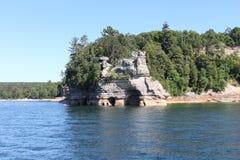 Nacional representado de las rocas a orillas del lago Imágenes de archivo libres de regalías