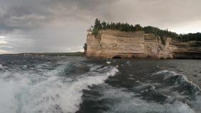 Nacional representado de las rocas a orillas del lago almacen de metraje de vídeo