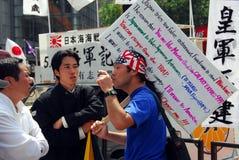 Nacionalista da asa de Rght e Japão oponente fotografia de stock