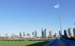 Naciones Unidas señalan por medio de una bandera en el frente de la sede de la O imagenes de archivo