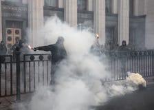 Nacjonalistyczne grupy palą raców podczas Marzec godność w Kijów Obrazy Royalty Free