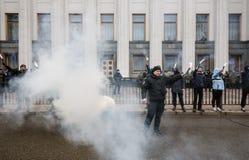 Nacjonalistyczne grupy palą raców podczas Marzec godność w Kijów Fotografia Royalty Free