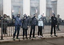Nacjonalistyczne grupy palą raców podczas Marzec godność w Kijów Zdjęcie Royalty Free