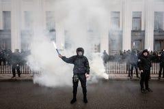 Nacjonalistyczne grupy palą raców podczas Marzec godność w Kijów Zdjęcie Stock
