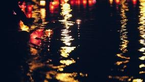 Nackground de Blurres - lanternes de flottement d'eau légère sur la rivière la nuit Photographie stock