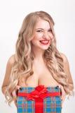 Nackt zur schönen Blondine der Taille mit den großen Brüsten, die an stehen Stockbild