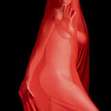 Nackte Frau im roten Schleier Stockfoto