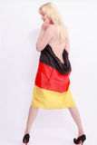 Nackte Frau von hinten, eingewickelt in einer Deutschland-Flagge Stockbild
