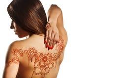 Nackte Rückseite des jungen Mädchens mit Hennastrauch mehendi Stockfotos