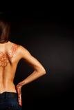 Nackte Rückseite des jungen Mädchens mit Hennastrauchtätowierung mehendi Stockfotos