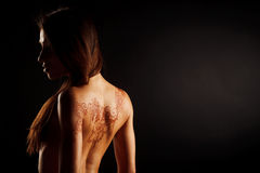 Nackte Rückseite des jungen Mädchens mit Hennastrauchtätowierung mehendi Lizenzfreie Stockfotografie