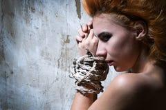 Nackte rothaarige Frau gebunden mit einem Seil Stockfotografie